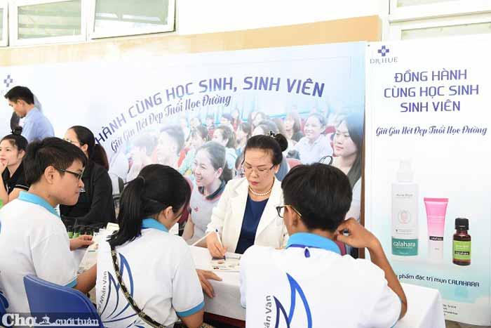 Ngày hội làm đẹp của DrHuệ thu hút hàng nghìn sinh viên