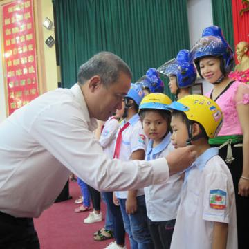 Honda Việt Nam trao tặng 1000 mũ bảo hiểm cho trẻ em