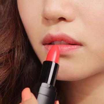 Cách đánh son lòng môi giúp môi mềm mại hơn