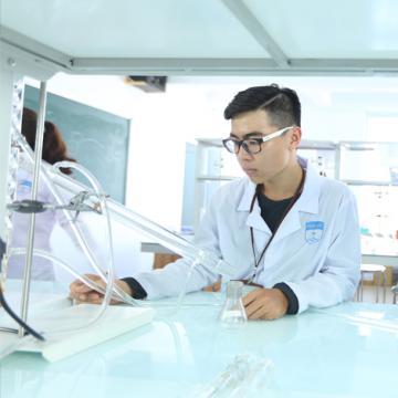 Sinh viên ngành Dược hoàn thiện chuyên môn từ hệ thống hiện đại