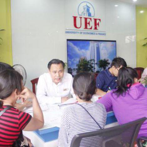 Đông đảo thí sinh nộp hồ sơ xét tuyển nguyện vọng 1 tại UEF